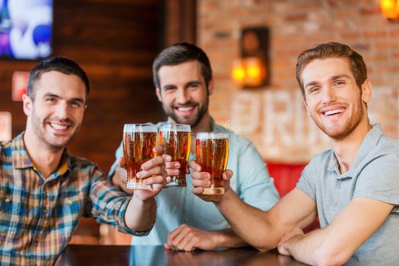 Наслаждаться пивом с друзьями стоковые фотографии rf