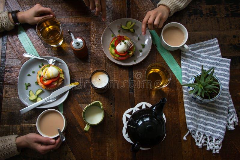 Наслаждаться простой едой на деревянном столе стоковое фото