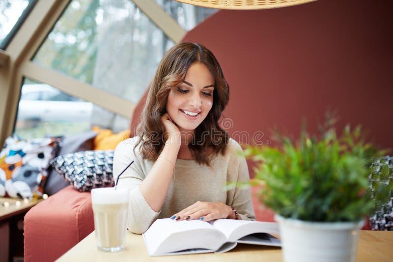Наслаждаться хорошей книгой стоковое фото