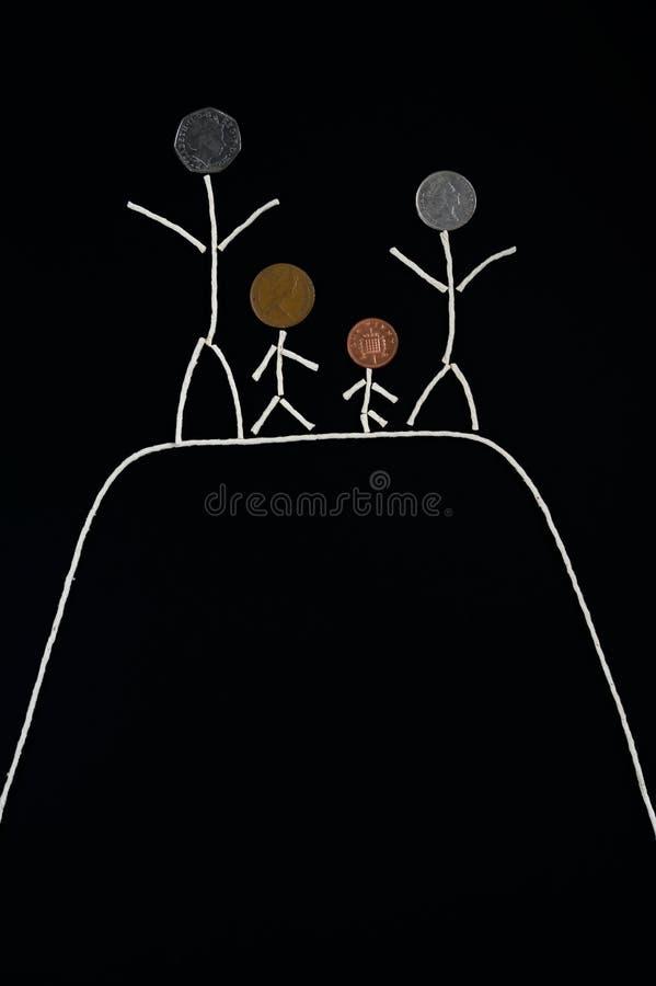 Наслаждение времени семьи внешняя качественная, счастливая молодая семья тратя время внешнее стоковая фотография