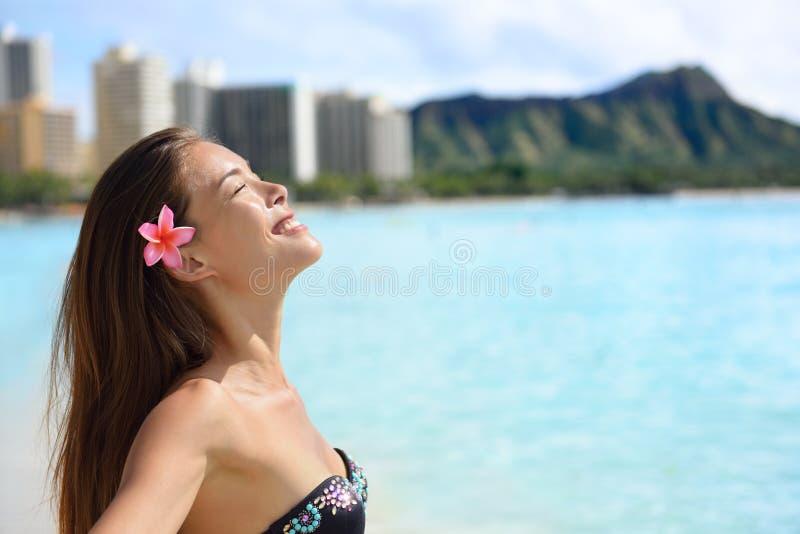 Наслаждение - женщина пляжа на Waikiki, Оаху, Гаваи стоковые фото