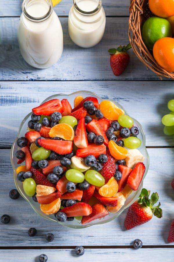 Насладитесь вашим фруктовым салатом стоковая фотография rf