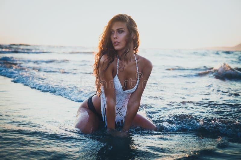 Насладитесь в море на заходе солнца стоковое фото rf