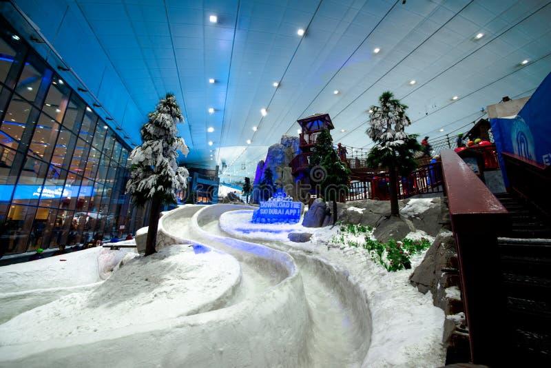 Насладитесь снегом в пустыне на лыже Дубай стоковая фотография rf