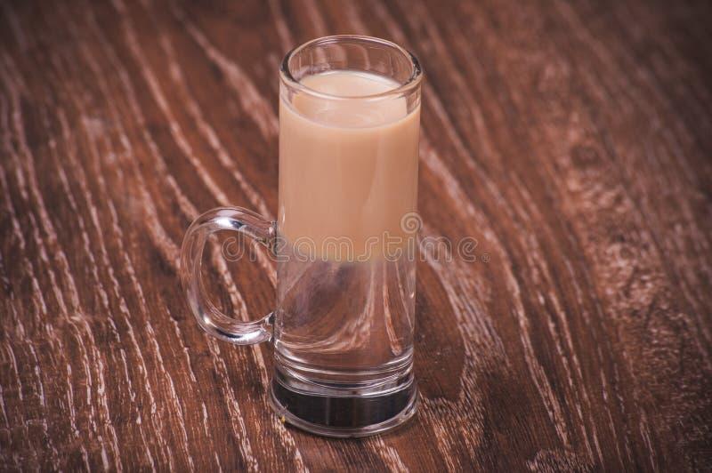 Наслоенный коктеиль съемки с baileys стоковое изображение