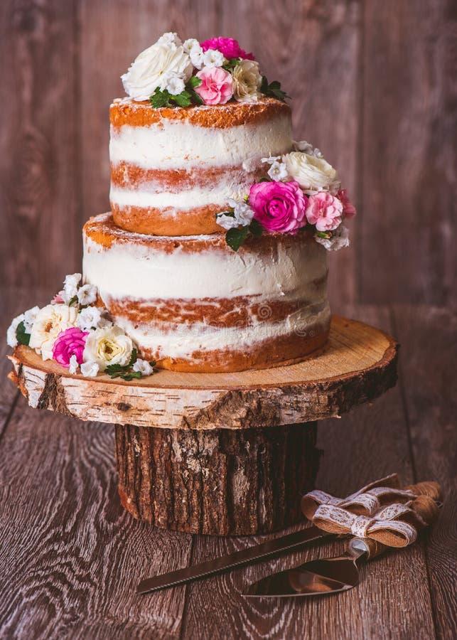 2-наслоенный свадебный пирог стоковая фотография