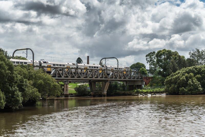 Натренируйте мост над рекой Parrmatta, Parramatta Австралией стоковое фото