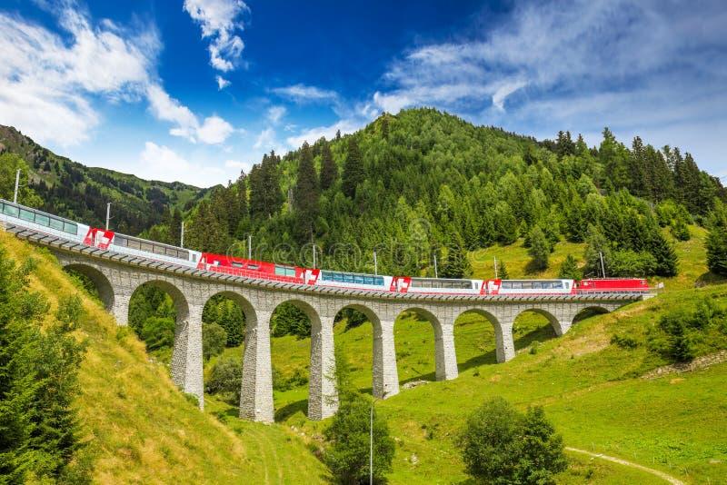 Натренируйте на известном мосте виадука landwasser, Швейцарии стоковые фото