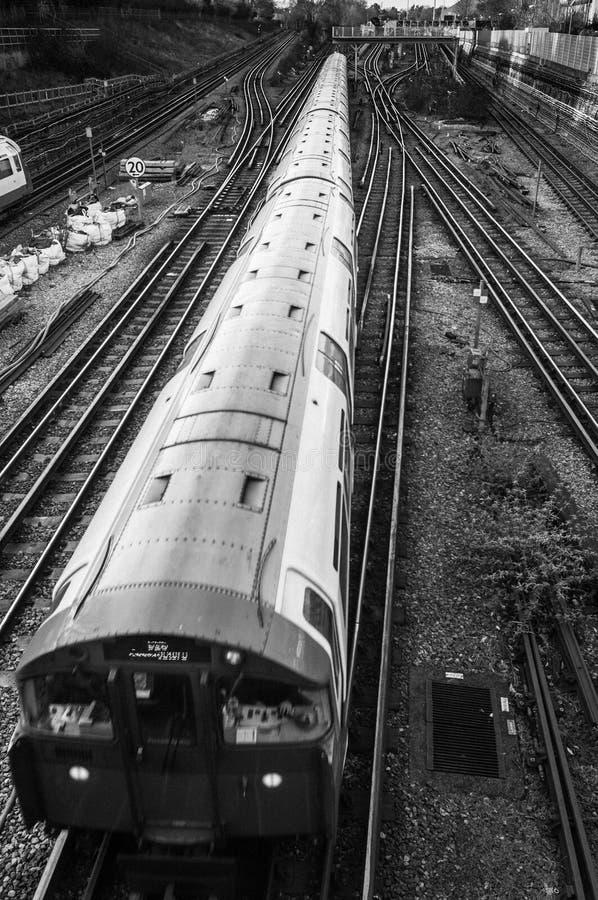 Натренируйте проходить на железнодорожные пути увиденные сверху, Лондон Великобритания стоковое фото