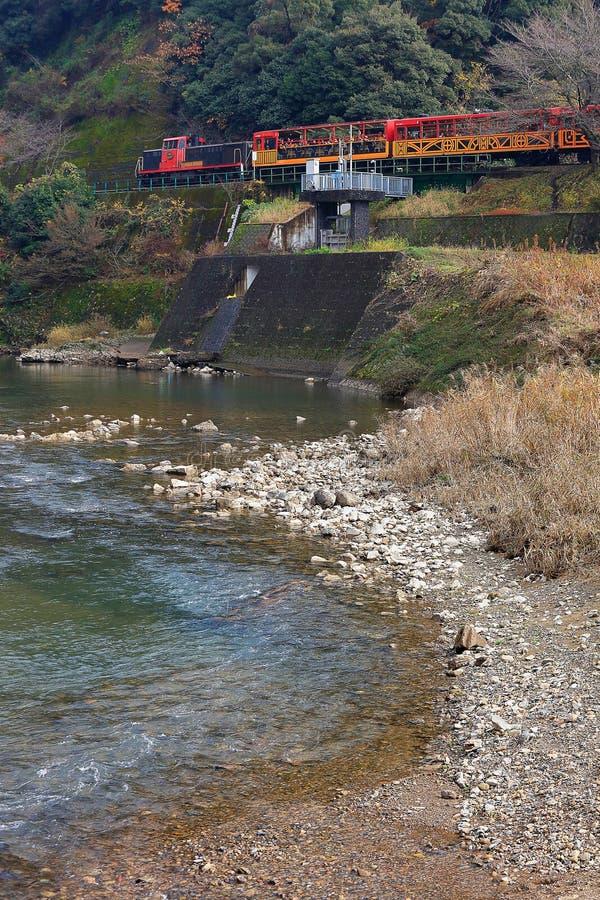 Натренируйте ход на реке Arashiyama, Киото, Японии стоковые изображения rf