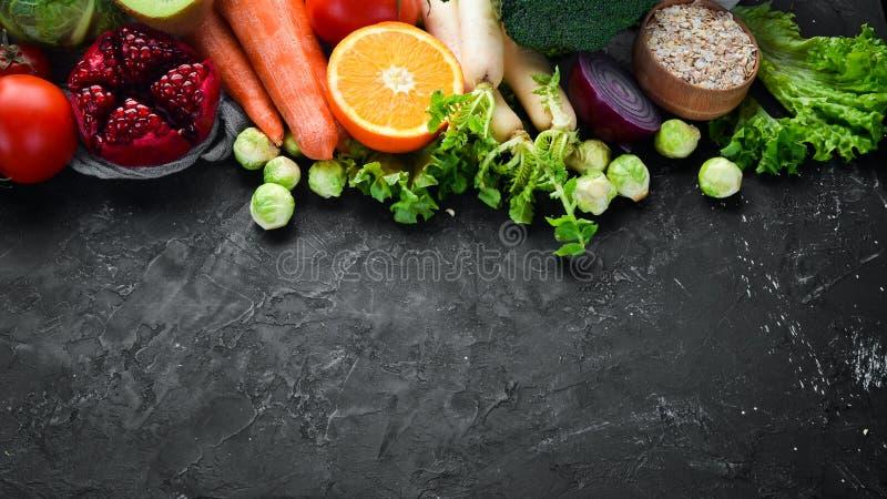 Натуральные продукты на черной каменной предпосылке r стоковая фотография