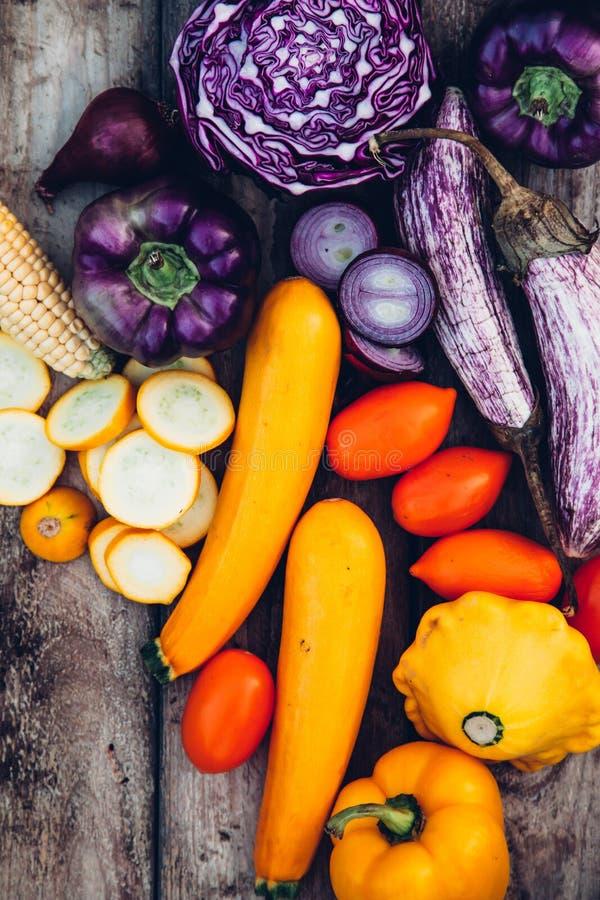 Натуральные продукты Сбор свежих овощей на деревянном столе стоковая фотография