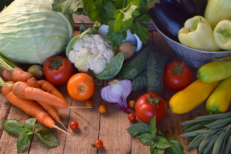 Натуральные продукты концепции био Ингридиенты для здоровый варить Овощи и травы на деревянной предпосылке Подготовка блюд от a стоковое фото rf
