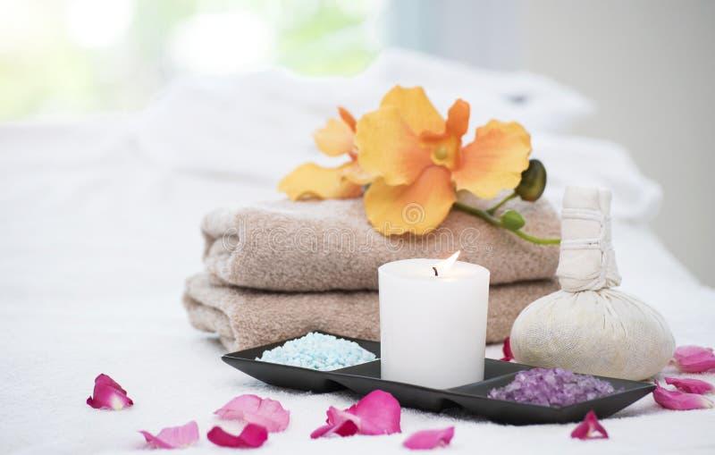 Натюрморт аксессуаров курорта с ароматичной свечой, цветок орхидеи, стоковая фотография rf