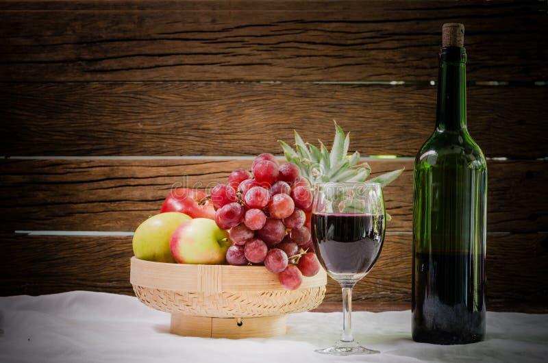 Натюрморт вина плодоовощ стоковое изображение