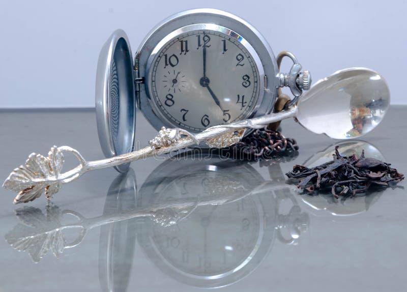 Натюрморт винтажного дозора с раскрывая крышкой, листьями чая и серебряной ложкой стоковые фото