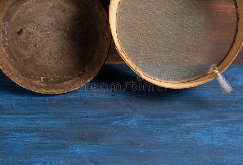 Натюрморт в винтажном стиле, утвари кухни на деревянном столе стоковое изображение rf