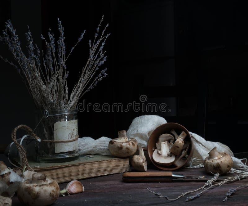 Натюрморт, год сбора винограда грибы, лаванда на темном деревянном столе искусство, старые картины стоковые изображения rf