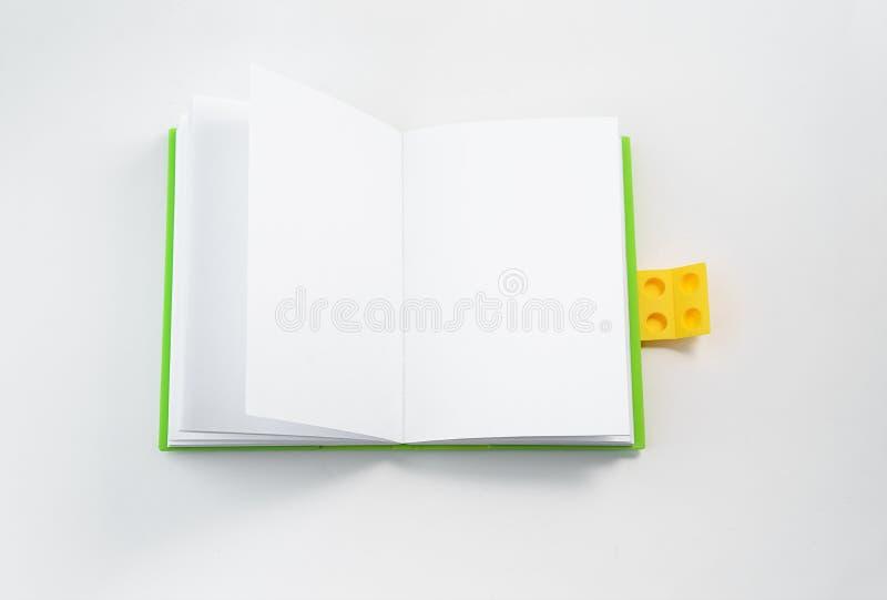 Натюрморт, дело, канцелярские товары или концепция школы образования: изображение взгляда сверху открытой яркой ой-зелен тетради  стоковые изображения rf