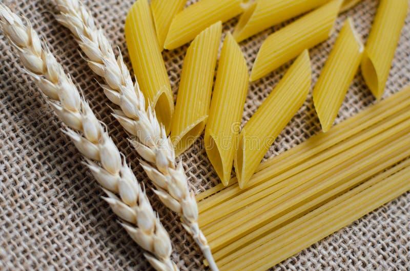 Натюрморт для кухни ушей и макаронных изделий пшеницы от пшеницы на предпосылке дерюги сделанной в Казахстане стоковое фото rf