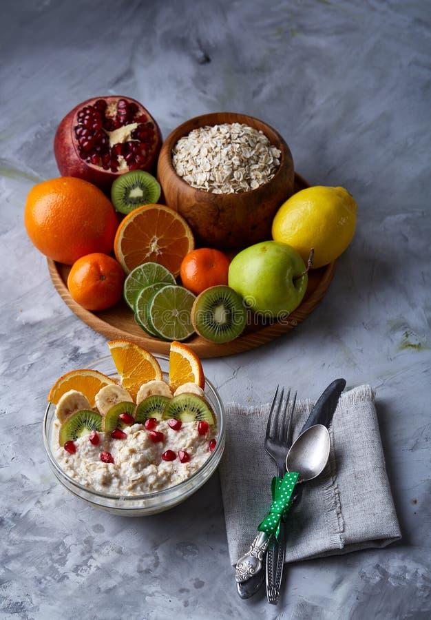 Натюрморт завтрака с кашой овсяной каши, плодоовощами и кофейной чашкой, взгляд сверху, селективным фокусом, малой глубиной поля стоковая фотография rf