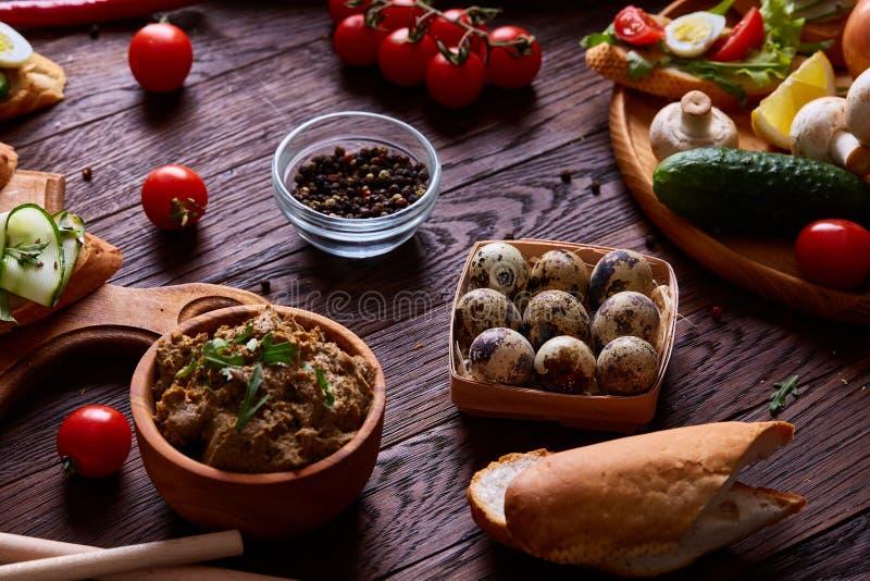Натюрморт завтрака с сандвичами, яичками триперсток, spicies и свежими фруктами и овощами, селективным фокусом стоковые фото