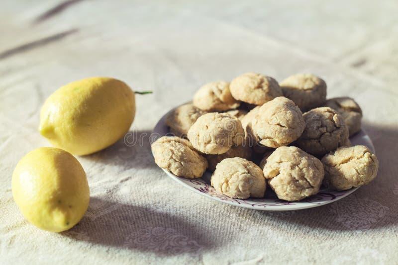 Натюрморт лимонов и печениь стоковое фото