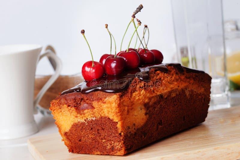 Натюрморт конца-вверх вишни шоколада еды торта сливы с чаем стоковое фото rf
