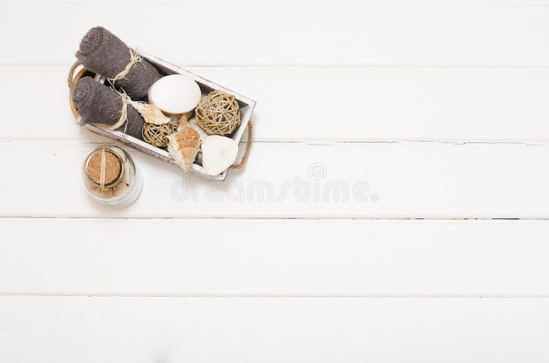 Натюрморт курорта - мыло и полотенца на деревянной предпосылке стоковые изображения rf