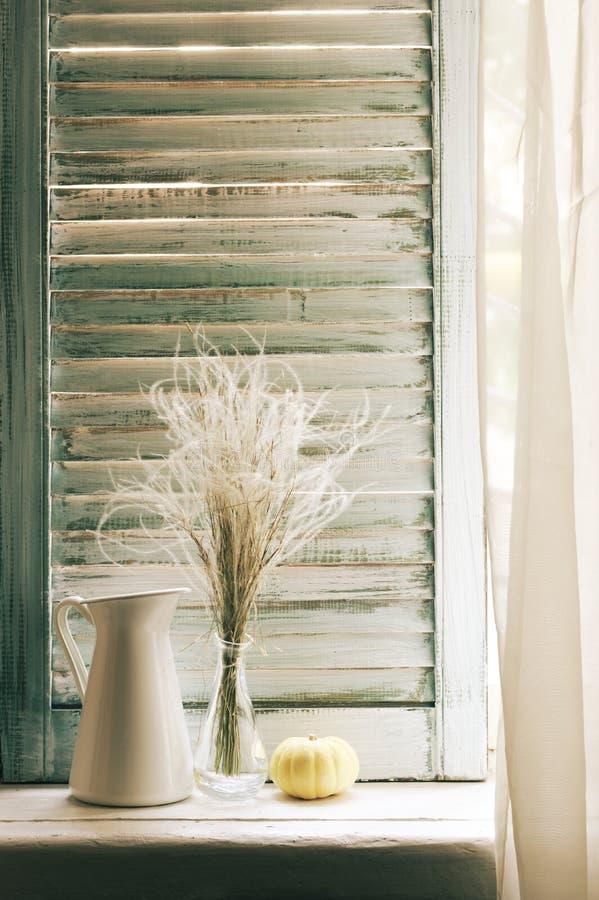 Натюрморт на деревенском windowsill против шторок стоковое изображение rf