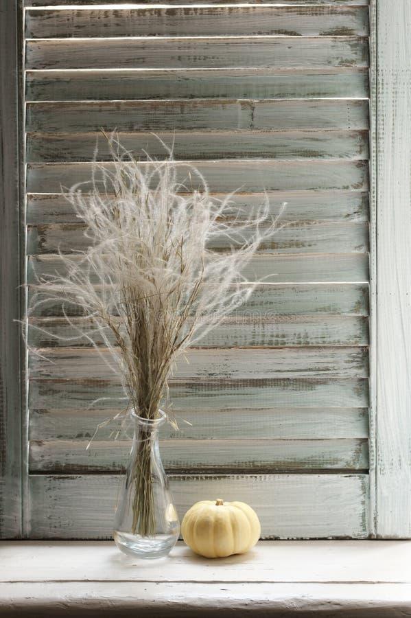Натюрморт на деревенском windowsill против шторок стоковые изображения rf