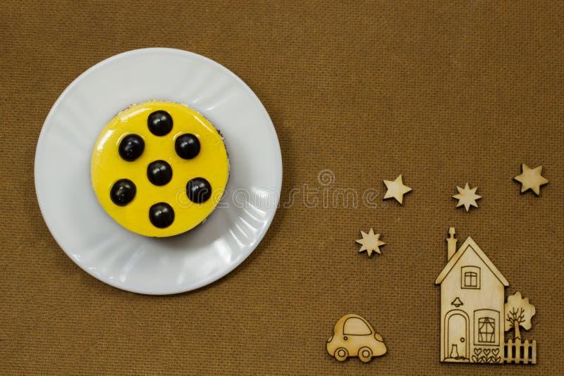 Натюрморт на коричневой предпосылке Желтый торт стоковое изображение rf