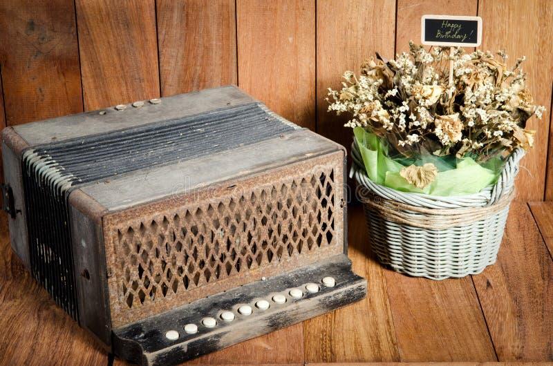 Download Натюрморт на Bandoneon концепции на деревянной предпосылке Стоковое Фото - изображение насчитывающей жизнь, радио: 40590646