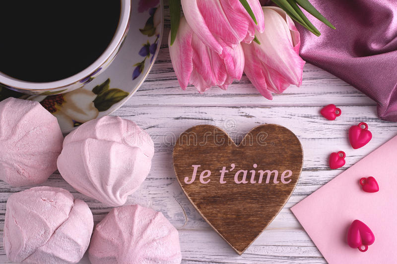 Натюрморт дня ` s валентинки элегантный с тюльпаном цветет чашка знака формы сердца zephyr зефиров coffe красного на белом деревя стоковое изображение