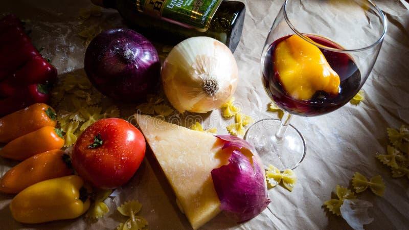 Натюрморт овощей, сыра и вина стоковые фотографии rf