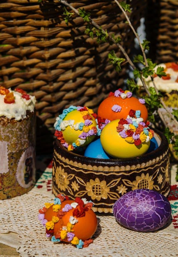 Натюрморт пасхи покрашенных яичек и пасхи испечет стоковая фотография