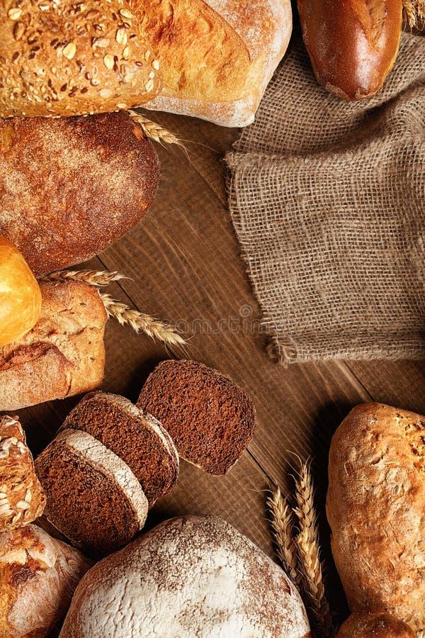 Натюрморт разнообразия хлеба Еда хлебопекарни на деревянном столе стоковое изображение rf