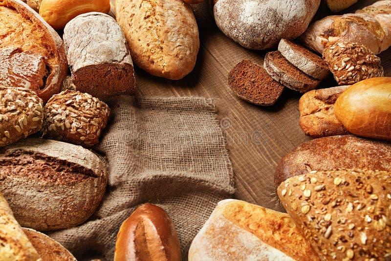 Натюрморт разнообразия хлеба Еда хлебопекарни на деревянном столе стоковая фотография rf