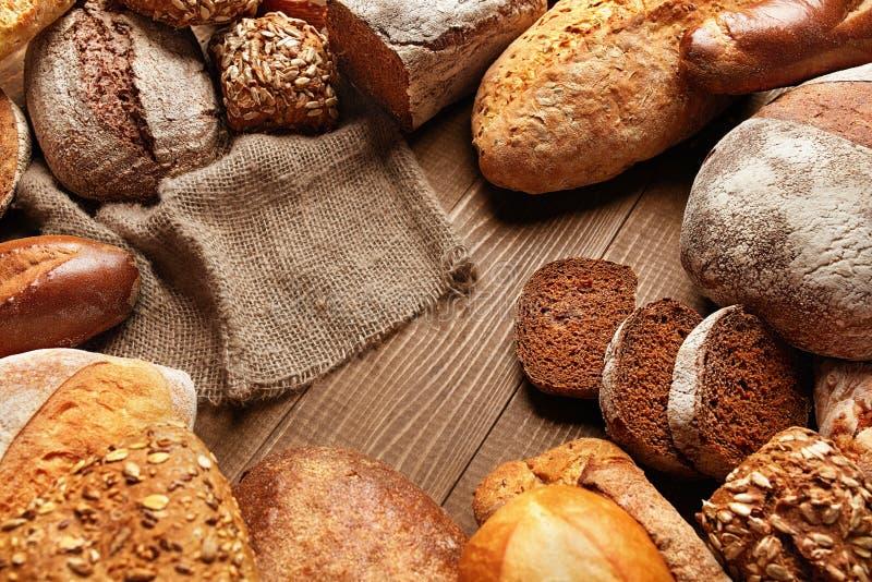 Натюрморт разнообразия хлеба Еда хлебопекарни на деревянном столе стоковые фотографии rf