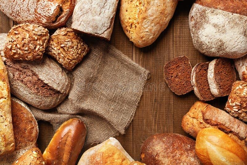 Натюрморт разнообразия хлеба Еда хлебопекарни на деревянном столе стоковые изображения rf
