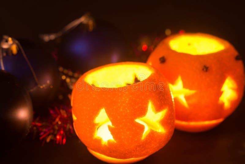 Натюрморт рождества с оранжевыми подсвечниками стоковые фотографии rf