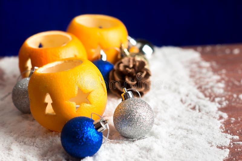 Натюрморт рождества с оранжевыми подсвечниками стоковая фотография