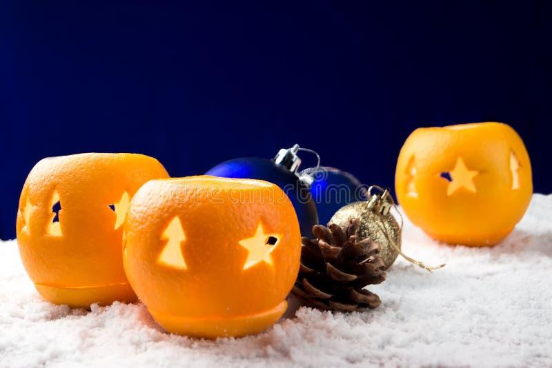 Натюрморт рождества с оранжевыми подсвечниками стоковое фото rf