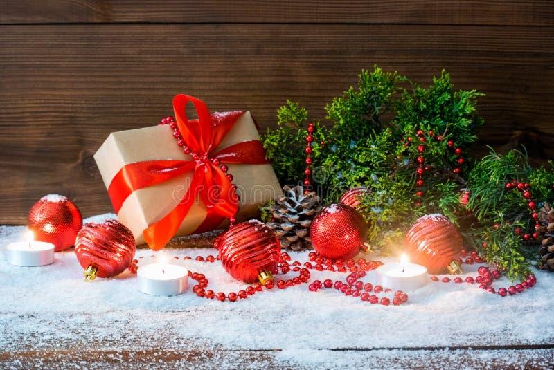 Натюрморт рождества с подарочной коробкой и ветвью и праздником ели забавляется на деревянной предпосылке стоковые фото