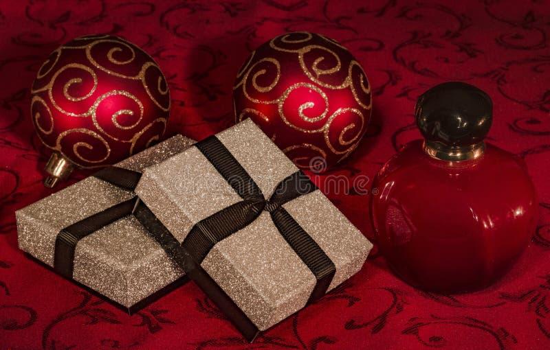 Натюрморт рождества с подарочными коробками и флаконом духов стоковые изображения