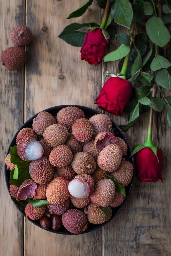 Натюрморт свежего lychee приносить в черной плите на деревянной предпосылке Деревенский тип стоковые изображения rf