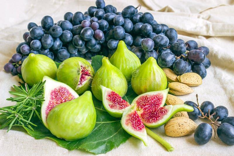 Натюрморт свежих красочных плодоовощей Пук черных виноградин, gree стоковые изображения rf