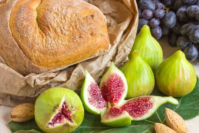 Натюрморт свежих красочных плодоовощей Пук черных виноградин, gree стоковые изображения