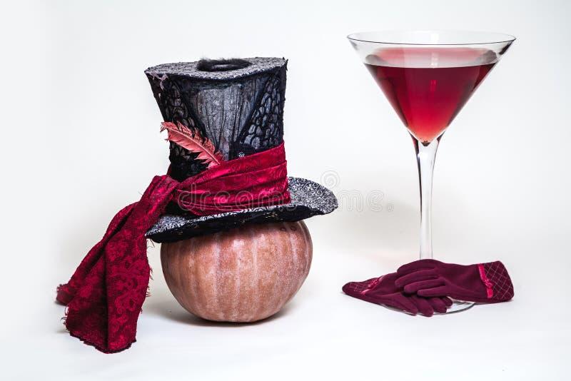 Натюрморт сказки Шляпа, тыква, перчатки и огромное стекло стоковое фото