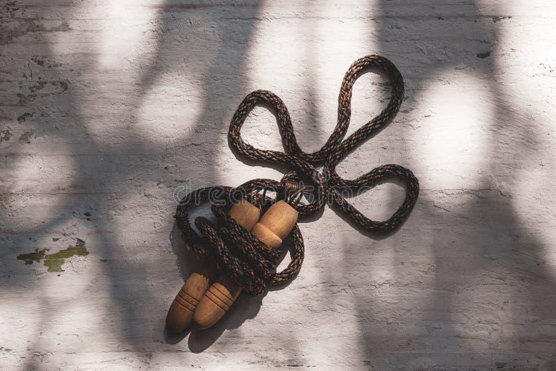 Натюрморт снятый веревочки скачки или прыгая веревочки на предпосылке grunge белой деревянной стоковая фотография rf